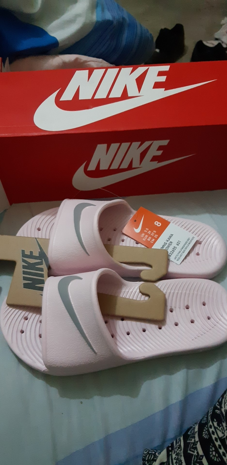 Filosófico préstamo Comportamiento  Nike WMNS KAWA SHOWER Blanco / dorado Sandalias deportivas y slides |  platanitos.com